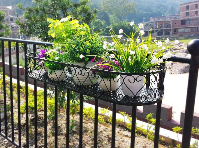 Kệ sắt trồng cây ban công nhỏ gọn thường được sử dụng tại chung cư cao tầng